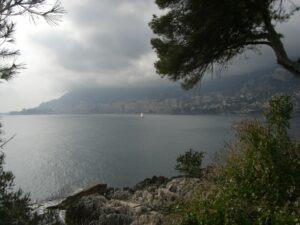 Promenade Le Corbusier von Menton nach Monaco. Ferien an der italienischen Riviera in Ligurien