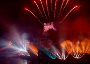 Feuerwerk zur Ferragosto in Dolceacqua am Ufer der Nervia mit Doria Burg im Hintergrund