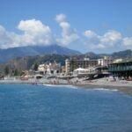Bordighera. Am Strand im Herbst in Ligurien an der italienischen Riviera