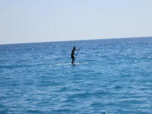 Standup Paddler im Mittelmeer an der italienischen Riviera in Ligurien
