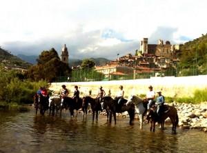 Reiter in der Nervia bei Dolceacqua an der Blumenriviera in Ligurien