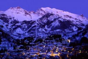 Limone bei Nacht. Skifahren in den Seealpen an der italienischen Riviera