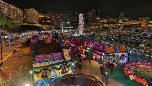 Monte Carlo mit der Weihnachtsstadt am Port Hercule.