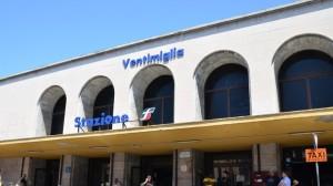 vor dem Bahnhof von Ventimiglia