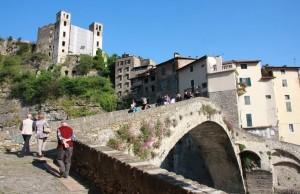 die antike Steinbruecke von Dolceacqua in Ligurien