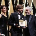 Robin Oestlund erhaelt die Goldene Palme ueberreicht von Pedro Almodovar und Juliette Binoche